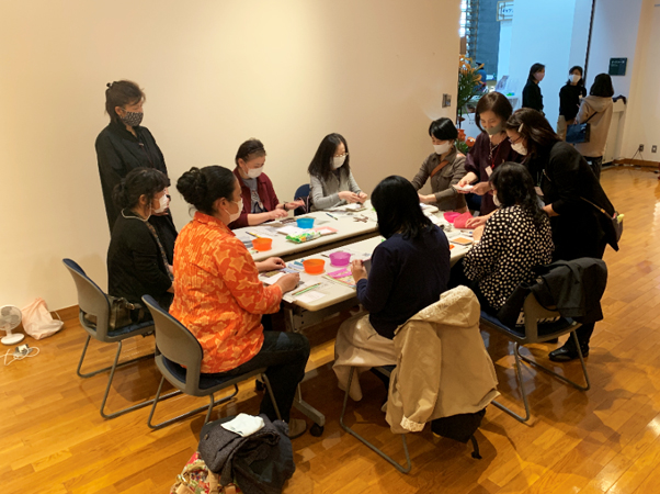 韓紙工芸作り体験の様子